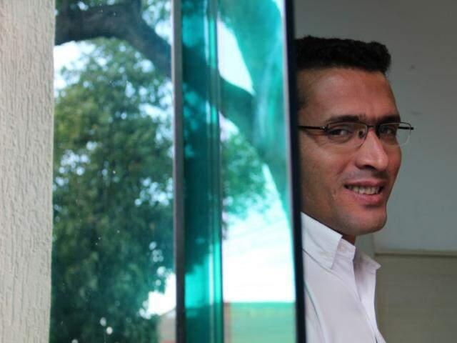 Valdineis Pereira é segurança de um cartório e, por trás da porta espelhada, vê todo tipo de cena. (Foto: Marcos Ermínio)