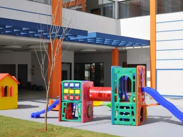 Área externa tem parque novinho.