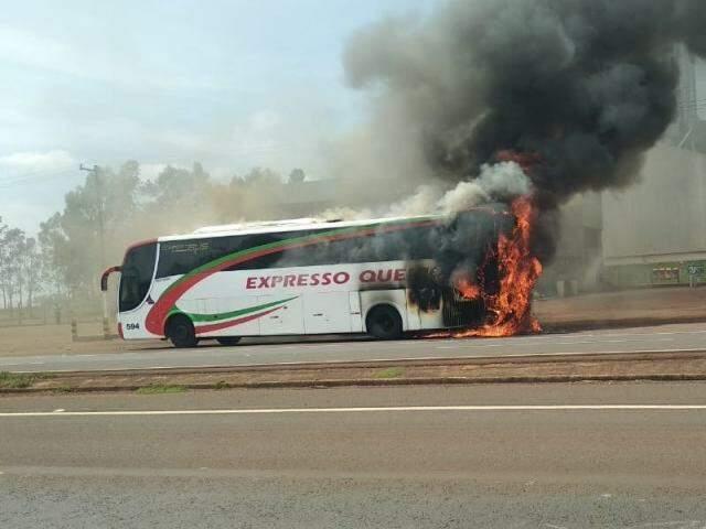 Ônibus pegou fogo quando ia para Dourados na BR-163 (Direto das Ruas)