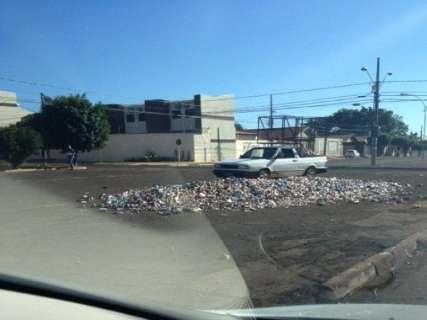 Moradores reciclam lixo na rua e deixam mau cheiro na Jacy, denuncia leitor