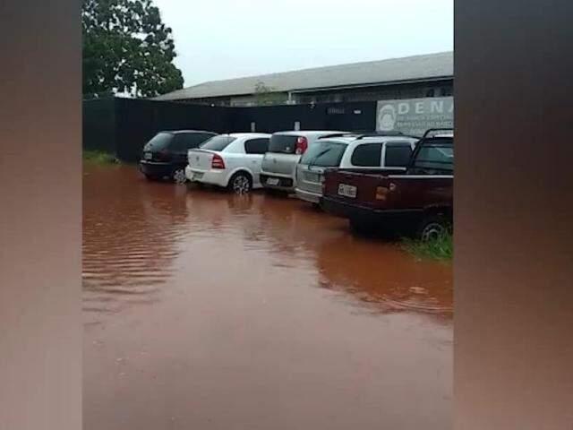 Veículos com rodas submersas em frente da sede da Demar (Foto: Direto das Ruas)