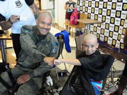 Policiais escoltam crianças com câncer e raspam o cabelo em apoio