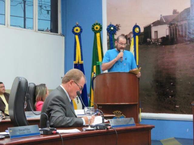 Presidente do Simted Juliano Mazzini fala durante sessão da Câmara de Dourados (Foto: Divulgação)