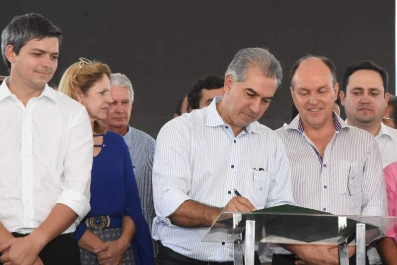 Termo foi assinado entre autoridades nesta manhã. (Foto: Jessica Barbosa/Notícias MS)