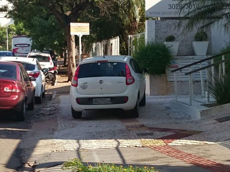 Outro flagrante foi registrado na Rua 13 de Junho.(Foto:Direto das Ruas)