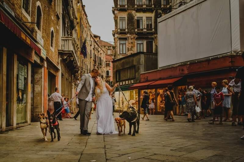 Pelas ruas, com cachorros e chamando atenção de todos, turistas ou não. (Foto: Allan Kaiser)