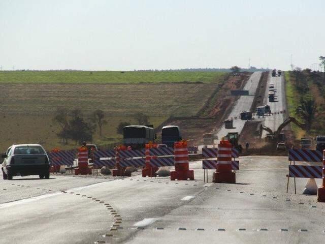 Trecho em obras na BR 163 em Mato Grosso do Sul. (Foto: Marcos Ermínio)