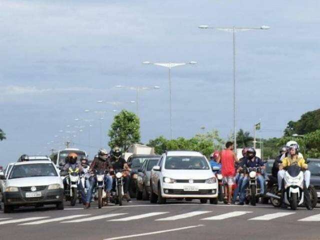 Veículos parados em semáforo de cruzamento da cidade (Foto: Henrique Kawaminami)