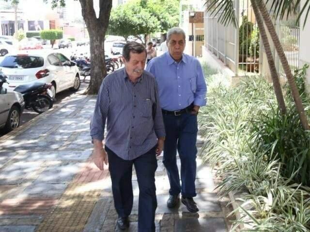 Renê Siufi e Puccinelli, na saída da casa do ex-governador um dia depois de ser liberado pelo STJ. (Foto: Paulo Francis)