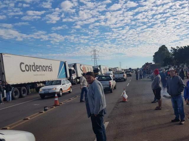 Greve de caminhoneiros nesta quarta perto do Posto Caravaggio (Foto: Miriam Machado)