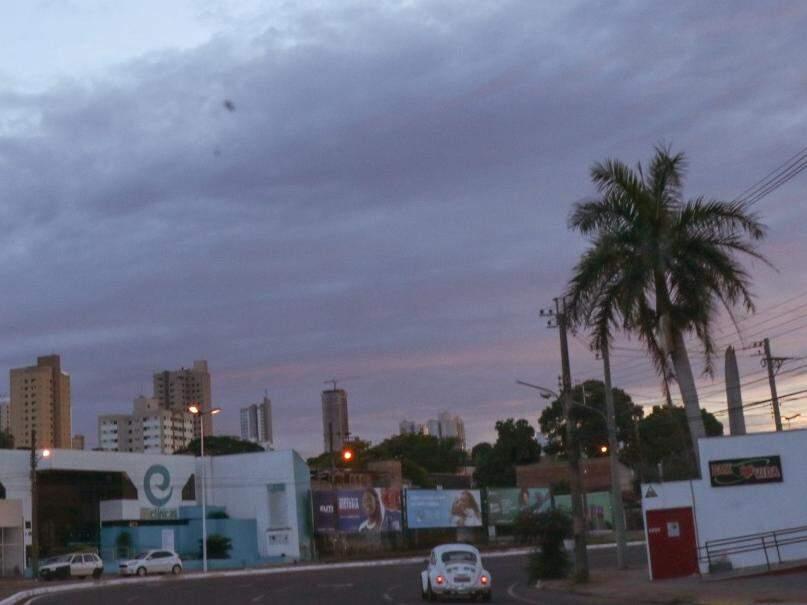 Céu amanheceu fechado em Campo Grande e há previsão de chuva no decorrer do dia (Foto: Henrique Kawaminani)