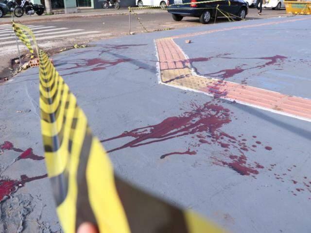Vítima foi encontrada caída em calçada, no cruzamento da Rua Ceará com São Borja, com forte hemorragia (Foto: Henrique Kawaminami)