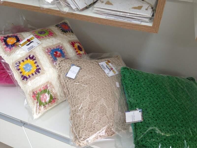 As almofadas em crochê, são do ateliê Vovó Francelina.(Foto:Adriano Fernandes)