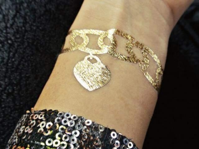 Tem pulseiras, que podem ser combinadas com bijuterias convencionais.