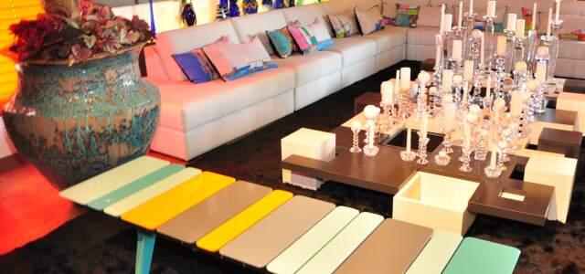 A sala tem cores do arco-íris da Escandinávia.