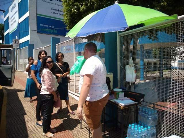 Ambulantes aproveitam para vender água, refrigerante e salgado próximo ao local de prova (Foto: Leonardo Rocha)