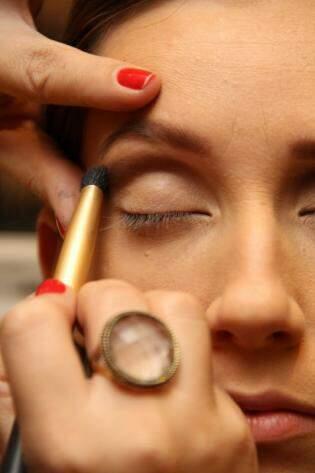 5: A sombra marrom opaca deve ser passada e esfumada no côncavo dos olhos para para dar profundidade no olhar, seguida de um tom coral para fazer um degradê.