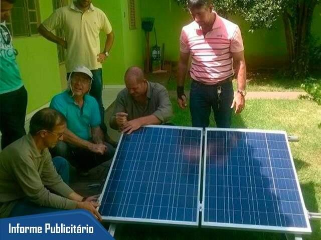 Na parte prática do curso, alunos fazem instalação do painel solar em uma residência.