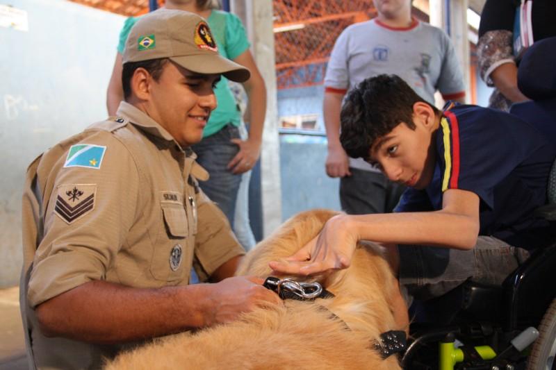 Com carinho e atenção, cães terapeutas auxiliam o tratamento de crianças especiais.(Foto: Marcos Ermínio)