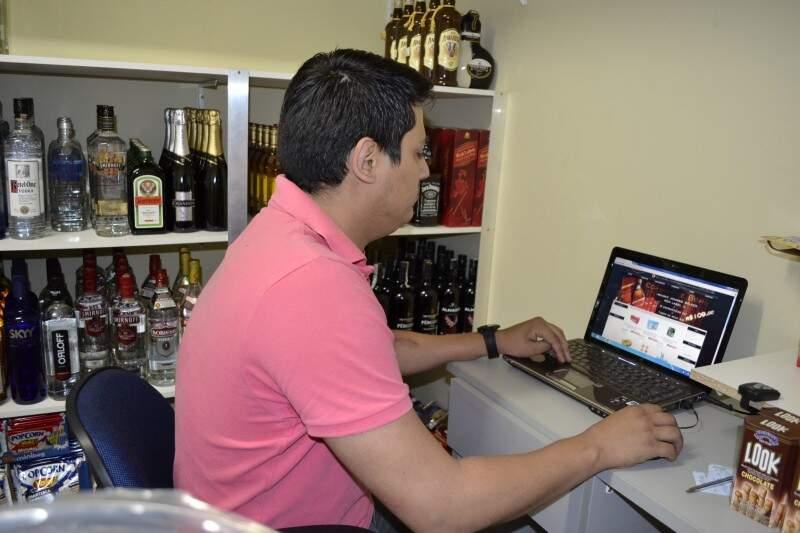 O dono da ideia em Campo Grande, Renato Oliveira, garante bebida trincando na porta de casa. (Foto: Marcos Ermínio)