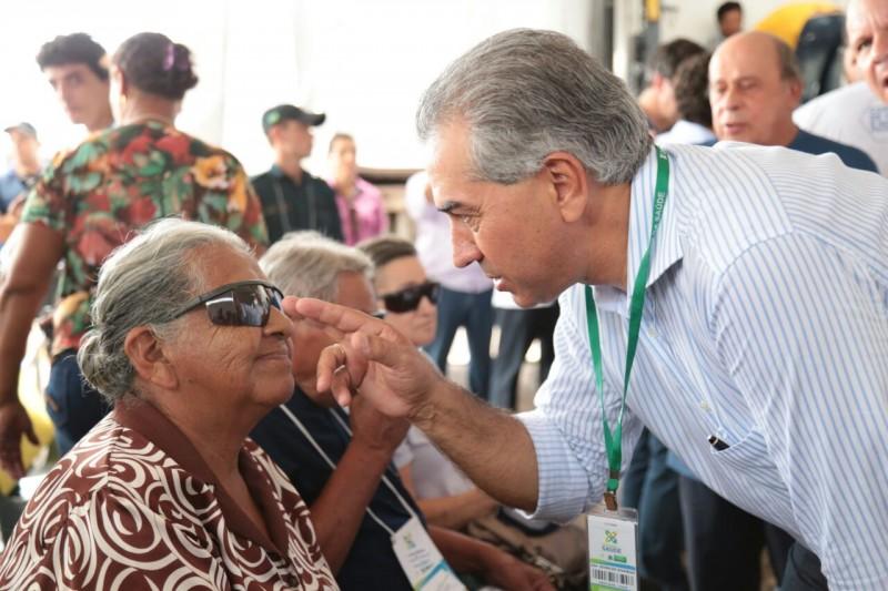 Reinaldo Azambuja com senhora recém operada pela Caravana em Aquidauana. (Foto: Marcos Ermínio)