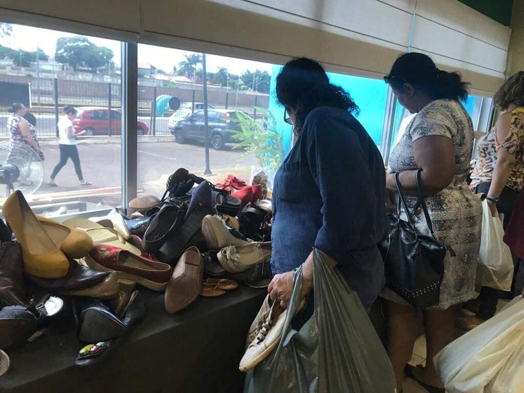 Sapatos também são vendidos no feirão (Foto: Danielle Matos)