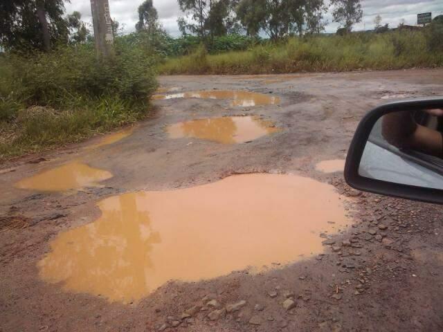 Leitor registrou buracos na rua Poente, no Portal Caiobá, em Campo Grande (Foto: Repórter News)