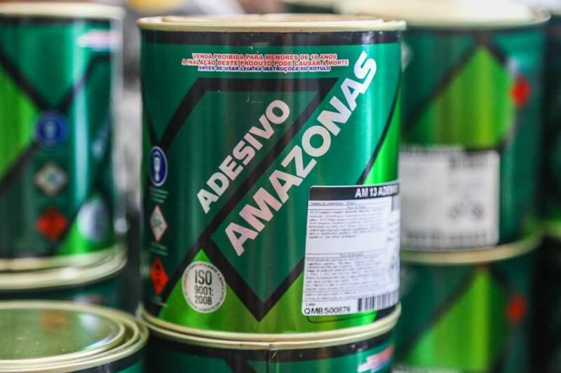 Cola de sapateiro, usada no passado por crianças e adolescentes como alucinógeno, hoje só é vendida para maiores de 18 (Foto: Fernando Antunes)