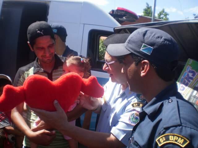 Os policiais conseguiram bonecas, carrinhos, bolas, bambolês e até uma bicicleta. (Foto: divulgação/PM)