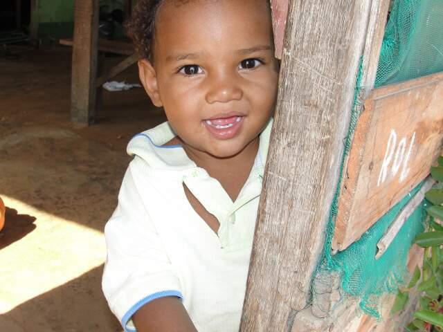 Entre risos e brincadeiras, o pequeno Alisson brinca de esconde e esconde com a câmera. (Foto: Paula Maciulevicius)