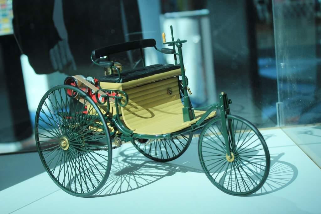 Réplica do primeiro carro do mundo, o Benz Patent-Motorwagen, construído em 1886, uma das atrações do Salão (Foto: Marina Pachedo)