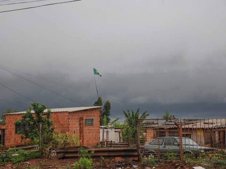 Chuva deu uma trégua agora de tarde em Campo Grande, mas tempo continua fechado. (Foto: Paulo Francis)