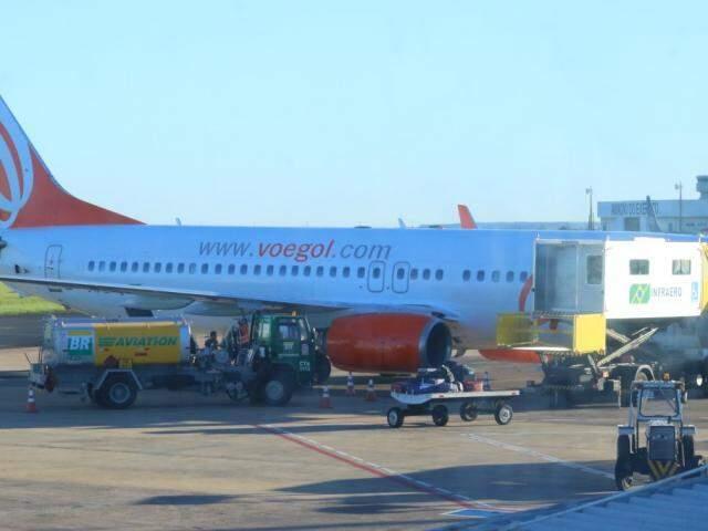 Aeronave da Gol é abastecida e carregada no Aeroporto de Campo Grande (Foto: André Bittar/arquivo)