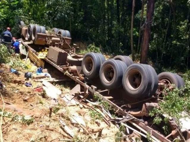 Caminhão tombou e caiu em ribanceira. Quatro pessoas, sendo duas crianças, morreram (Foto: Portal V. Verde)