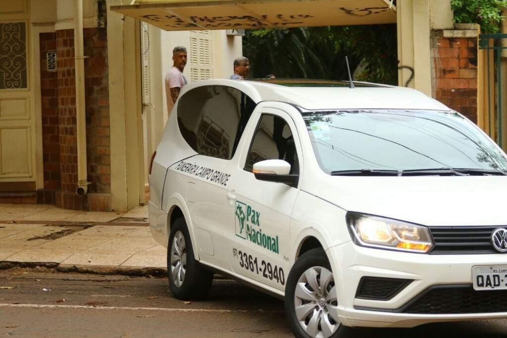 Funerária deixa a casa do ex-governador Wilson Barbosa Martins. (Foto: André Bittar)