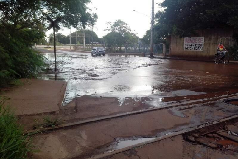 Além da água acumulada as ruas tem bastante mato. (Direto das ruas)