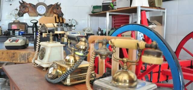 Telefones antigos também à venda.
