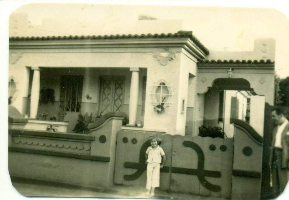 Evanise na porta de casa, na Barão do Rio Branco. (Foto: Arquivo Pessoal)