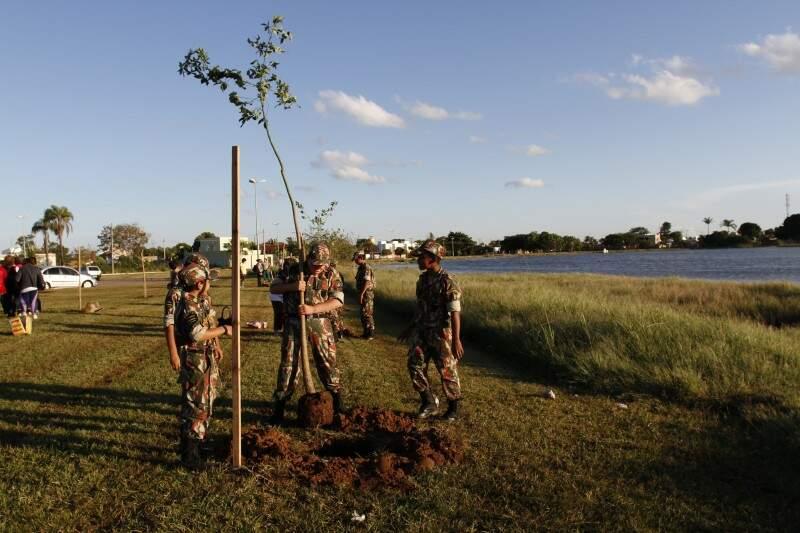 Cerca de 20 alunos do Florestinha participaram do plantio de árvores (Foto: Marcelo Victor)