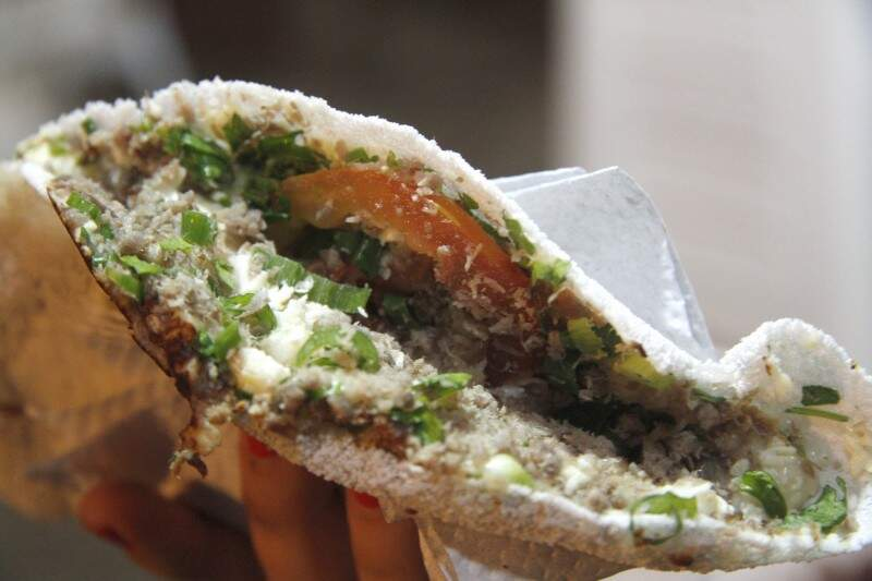 Tapioca com carne-seca, queijo, cheiro verde e tomate é a líder em pedidos e custa R$ 5,00. (Foto: Marcelo Victor)