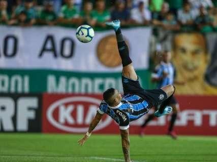 Luciano marca de bicicleta e Grêmio vence a Chapecoense em SC