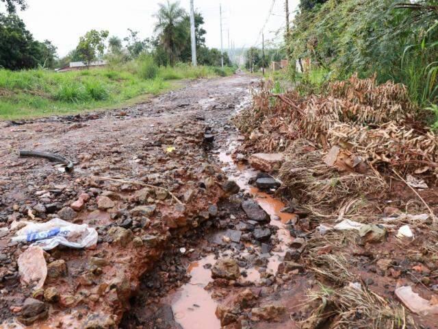 Cratera na rua Salomão Abdala desanima moradores no Jardim Campo Alto (Foto: Henrique Kawaminami)
