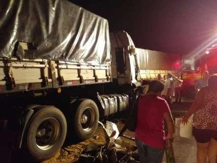 Acidente entre carreta e 3 bitrens deixa motorista ferido e interdita MS-276