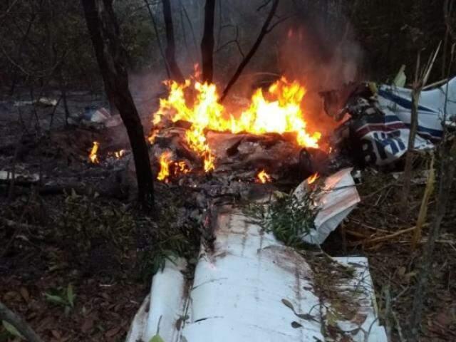 Avião pegou fogo ao tocar o solo. (Foto: Direto das ruas)