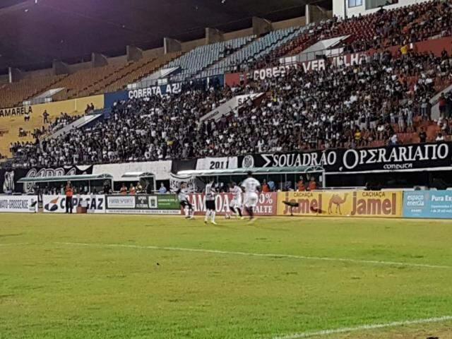 Torcida acompanhando a partida no Estádio Morenão, esta noite (21). (Foto: Anderson Ramos)