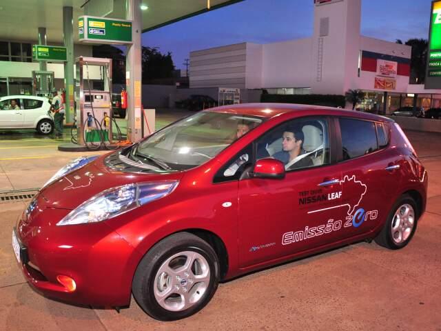 Nissan Leaf, carro 100% elétrico, estacionado num local em que não vai visitar. A carga do veículo é feita em tomada convencional e pode levar até 12 horas. (Foto: João Garrigó)