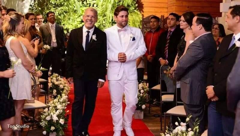 Julian e Gustavo quando subiram ao altar há três anos (Foto: Top Studio)