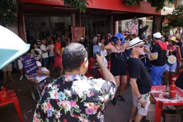 Banda dos Jacobinas começou a tocar por volta das 10h30, atraindo a atenção de pedestres. (Foto: Kísie Ainoã)