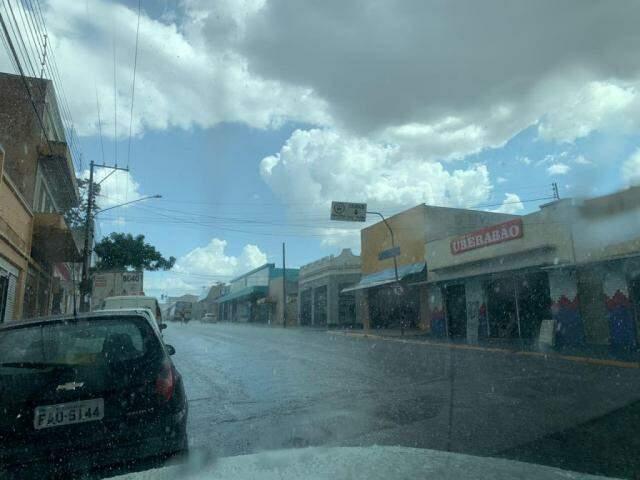Também há registro de chuva na região central da cidade (Foto: Direto das Ruas)