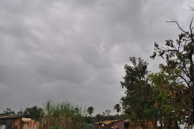 Hoje, em questão de minutos, sol e chuva se alternaram em Campo Grande.